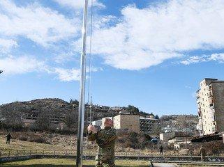 Prezident İlham Əliyev Şuşada Azərbaycan bayrağını qaldırıb