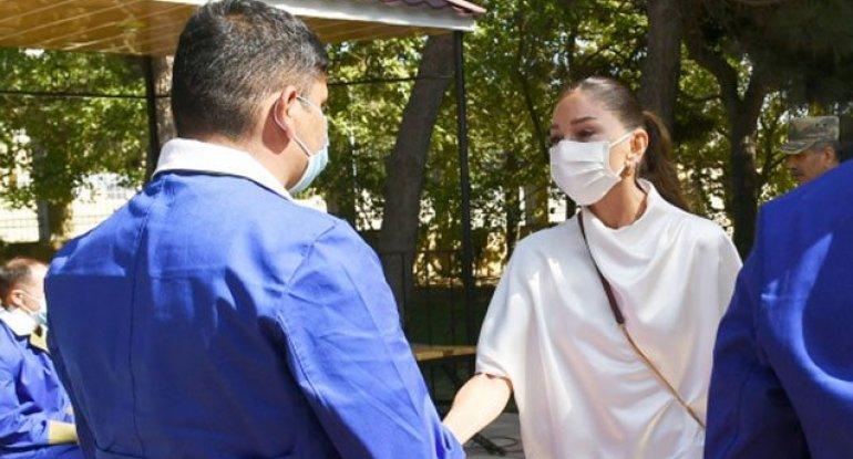 Mehriban Əliyeva yaralı hərbçilərlə görüşdə kövrəldi - VİDEO