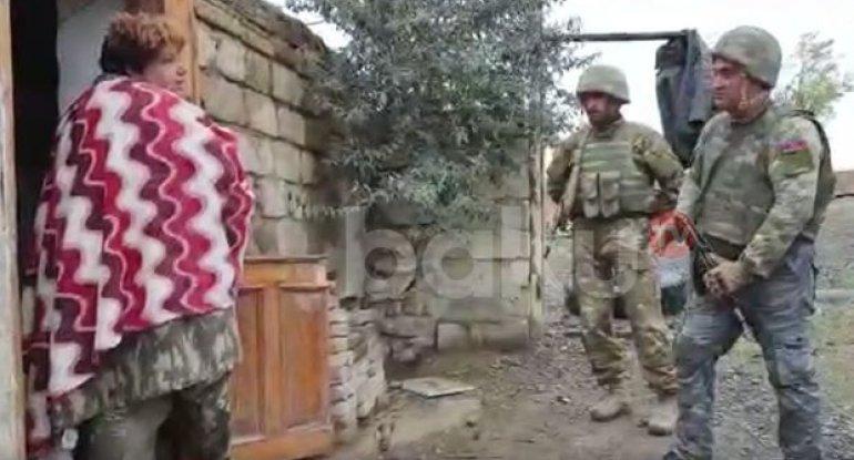 """Erməni qadın Azərbaycan əsgərlərinə: """"Evinizə xoş gəldiniz!"""" - VİDEO"""