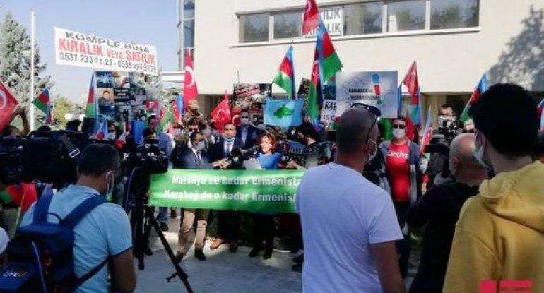 Fransanın Türkiyədəki səfirliyi qarşısında etiraz aksiyası keçirilib - VİDEO