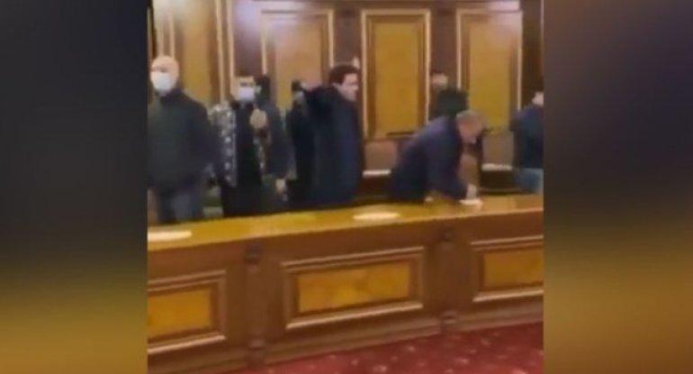 Etirazçılar Ermənistan hökumətinin iclas zalını ələ keçiriblər - VİDEO