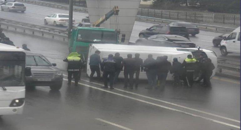 SON DƏQİQƏ! Aeroport yolunda eyni anda iki qəza oldu - FOTO