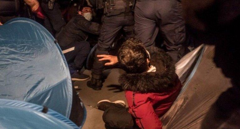 Parisdə polis miqrantlara qarşı zorakılıq tətbiq edib