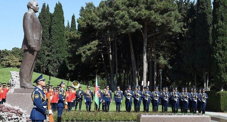 Prezident İlham Əliyev ümummilli lider Heydər Əliyevin məzarını ziyarət edi ...