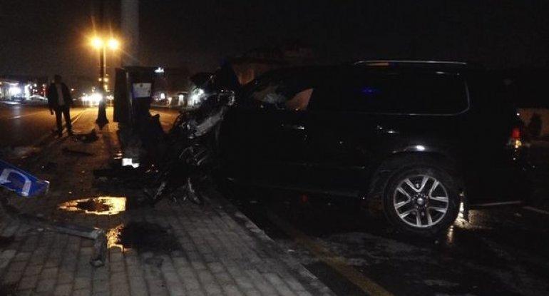 Bakıda lüks avtomobil işıq dirəyinə çırpıldı: Yaralılar var - VİDEO