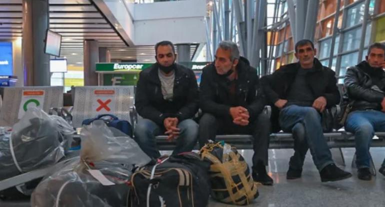 Rusiyadan qovulan ermənilər aeroportda gecələyirlər - FOTO