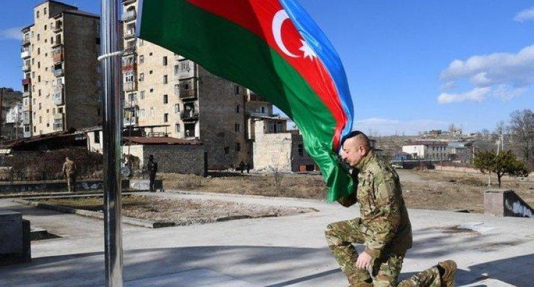 İlham Əliyev işğaldan azad edilmiş ərazilərdə bayrağımızı yüksəltdi - VİDEO