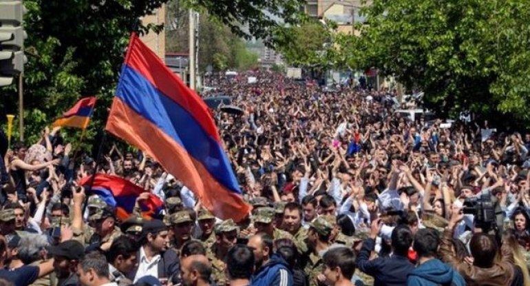 Ermənistanda ordu dövlət çevrilişində israrlıdır