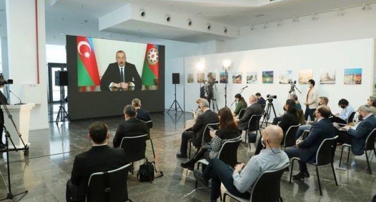 """Prezidentin jurnalistlərlə səmimi dialoqu: """"Dünyanın diqqətini çəkən hadisə oldu"""" - VİDEO"""
