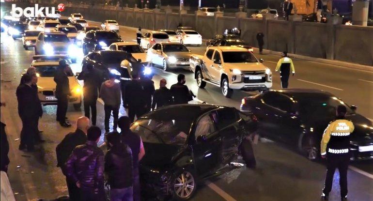 Bakıda gecə 4 avtomobilin toqquşduğu ağır qəzadan görüntülər - VİDEO