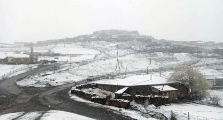 Azərbaycanda qar yağır