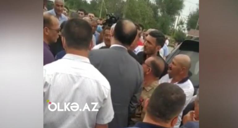 """Deputatla sakinlər arasında gərginlik: """"Belə deputatlıq olmur"""" - VİDEO"""