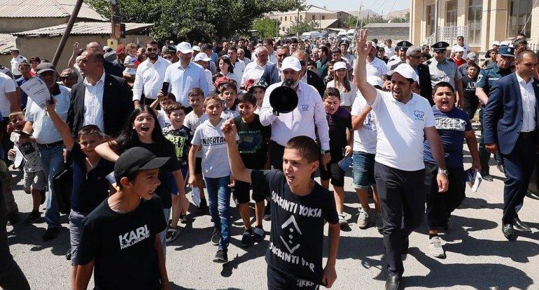 """Paşinyanın seçki təbliğatında """"Çukur"""" şüarı - FOTO"""