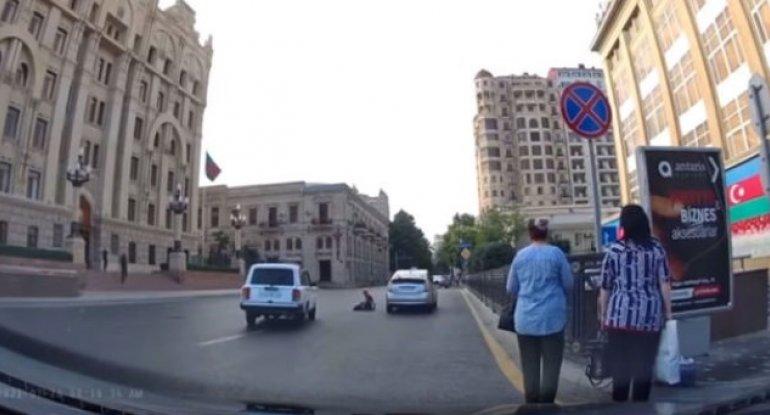 Bakıda taksi sürücüsü piyadanı belə vurdu – VİDEO