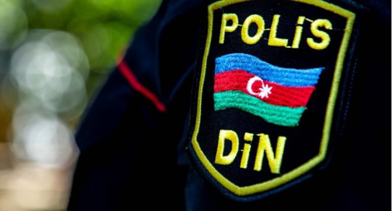 Polisə hücum etdi, geyimini çıxartdı - Azərbaycanda