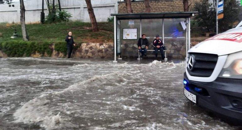 Bakıda yolları su basdı - VİDEO