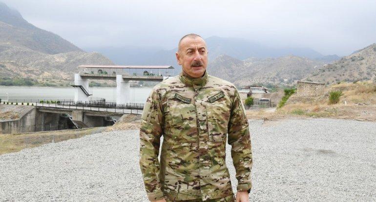 İlham Əliyev Suqovuşanda Azərbaycan bayrağını ucaldıb